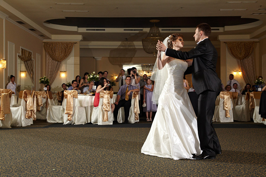 primul dans al mirilor deschide petrecerea