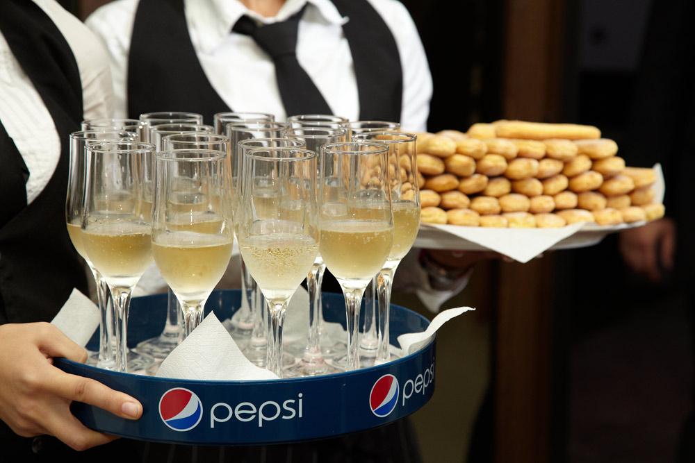 sampanie si piscoturi pentru primirea invitatilor la nunta