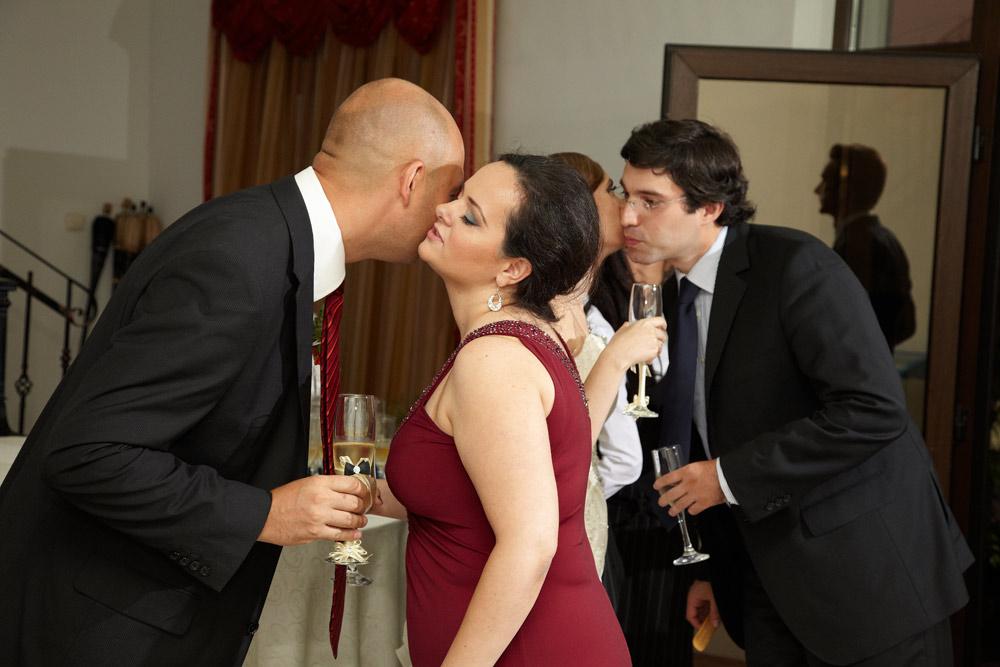 nasul primeste invitatii la nunta