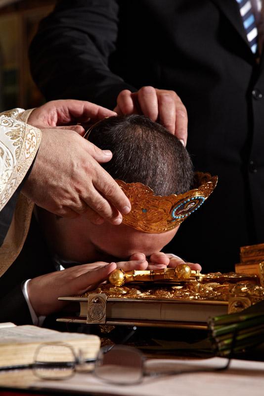 mirele jura cu mana si cu capul pe biblie