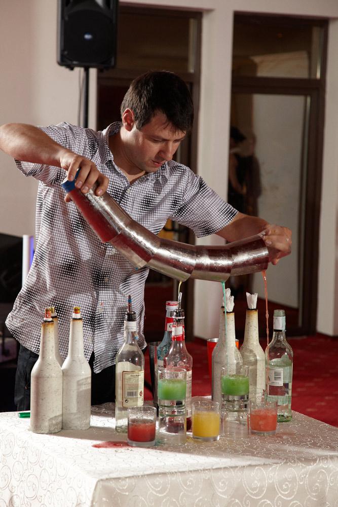 barman la nunta intr-un show cu pahare