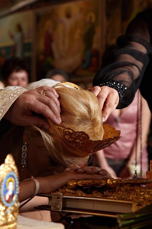 juramantul miresei cu mana si capul pe bliblie