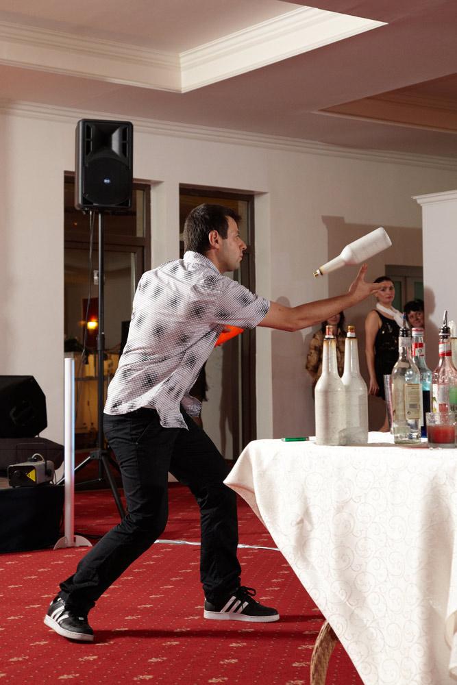 la nunta barman jongland cu sticle