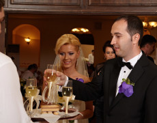 Primirea mirilor si a invitatilor la restaurant