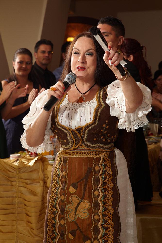 Maria Dragomiroiu cantand la nunta