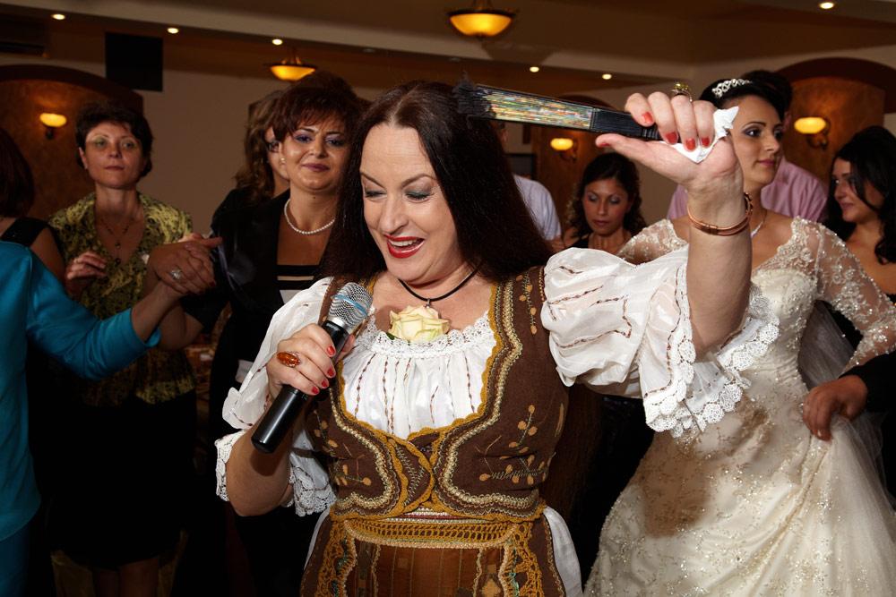 Maria Dragomiroiu in mijlocul nuntasilor
