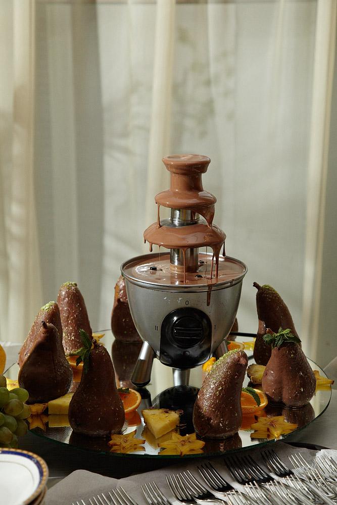 fantana de cioclata printre pere invelite in ciocolata
