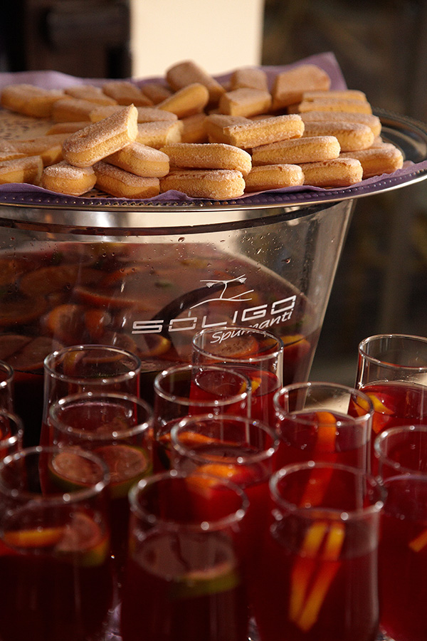 pahare de cocktail si piscoturi la nunta
