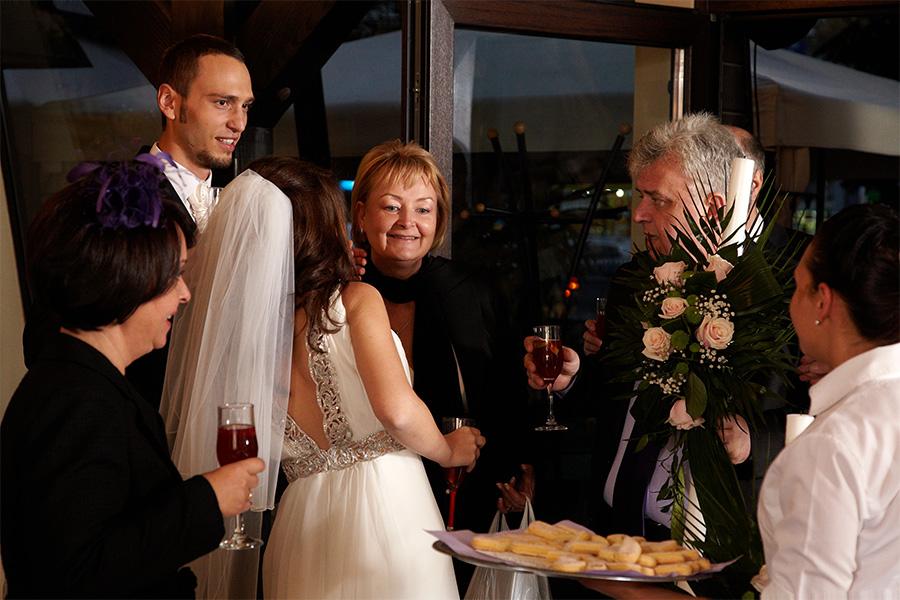 invitatii sunt primiti cu piscoturi si cocktail