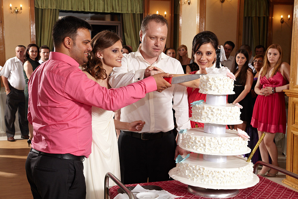 nasii si mirii taie tortul de nunta