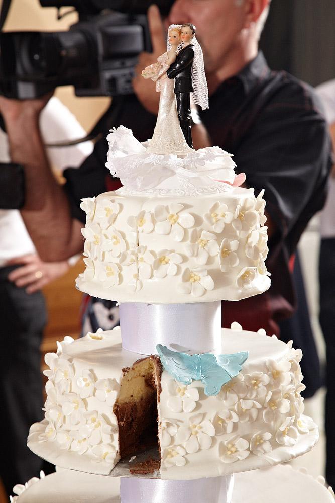 detaliu cu tortul de nunta taiat