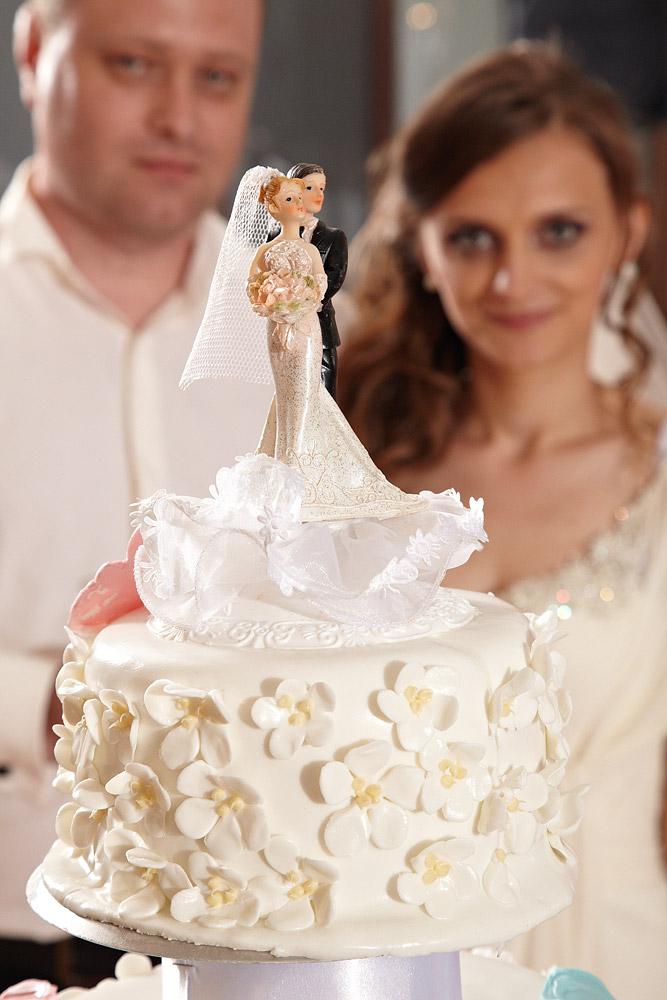 detaliu cu statueta reprezantand mirii pe tort