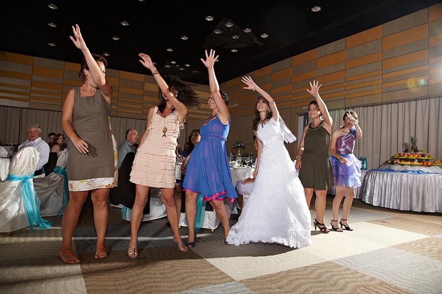 Mireasa si fetele danseaza la nunta