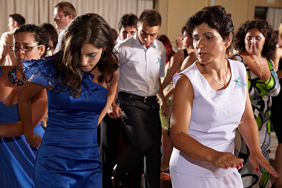 invitatii danseaza si se distreaza la nunta pe El Menaito