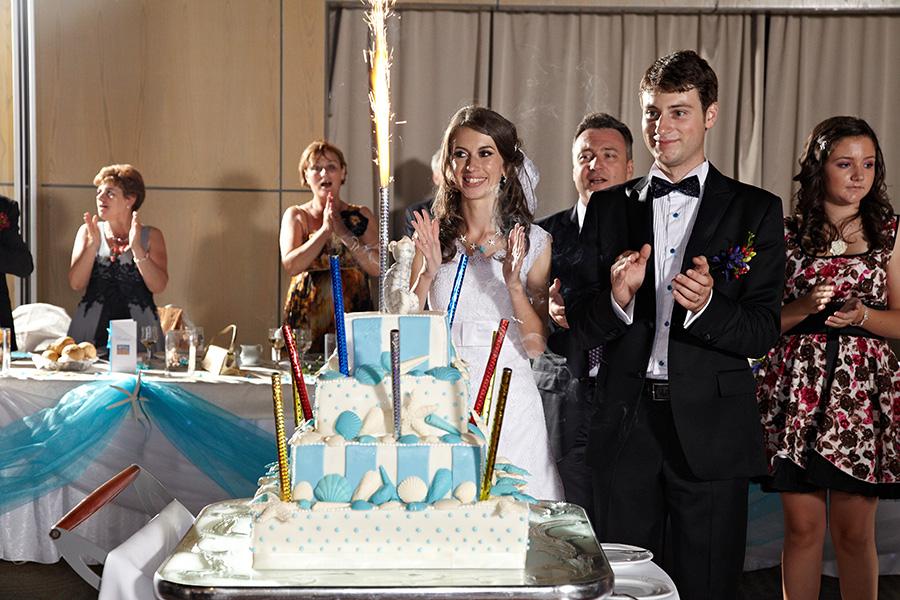 mirii si invitatii aplauda sosirea tortului