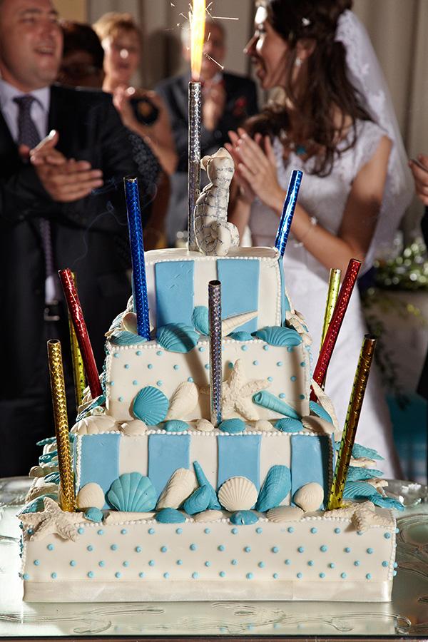 tortul miresei respecta tema marina alb-albastru care a dominat toata nunta