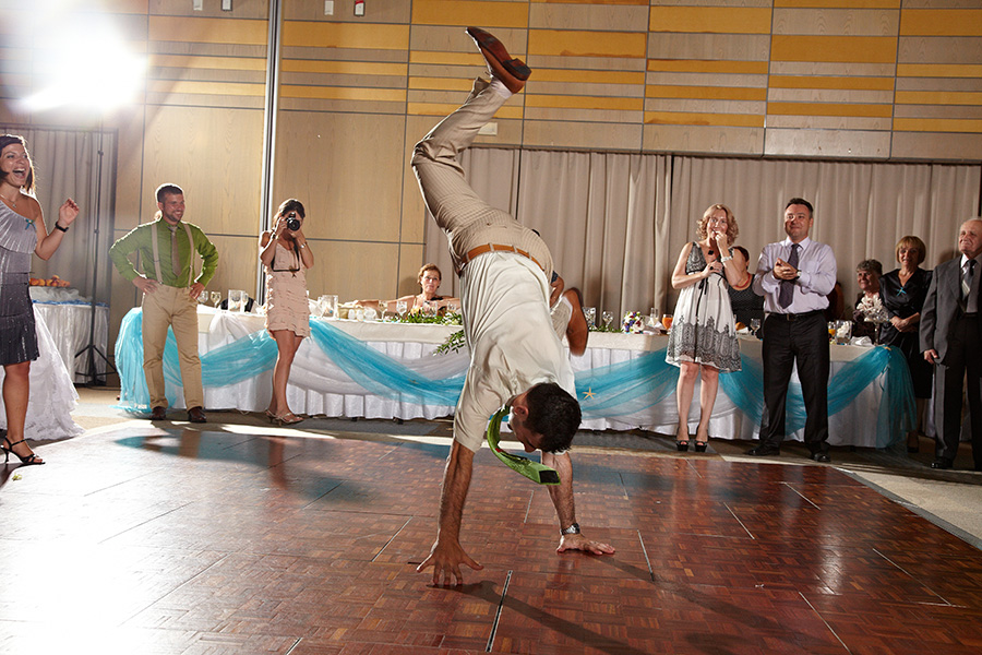 baietii danseaza cu spectaculozitate