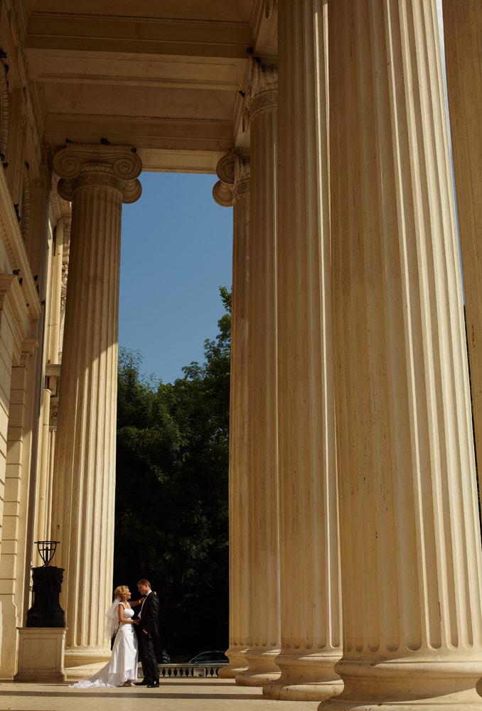 mirele si mireasa printre coloanele Ateneului
