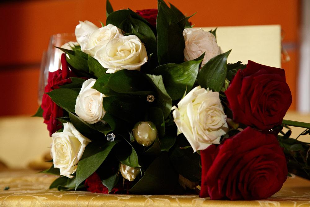 trandafiri rosii si albi in buchetul miresei