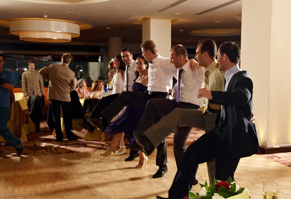 baietii danseaza cu piciorul sus