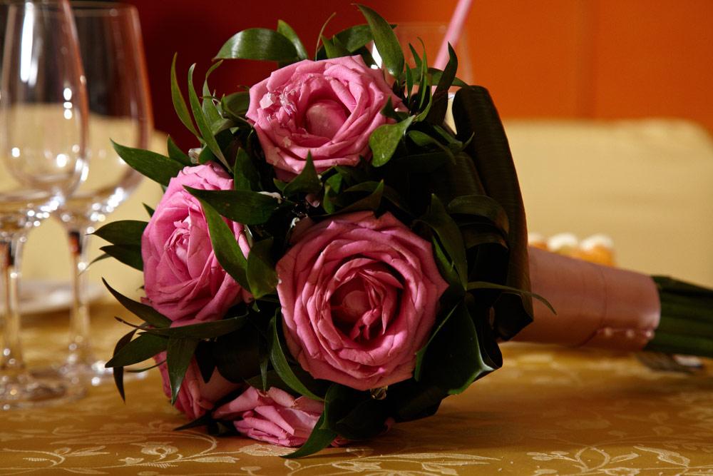 trandafiri roz in buchetul nasei