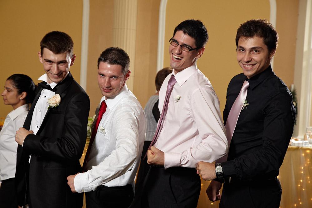 baietii umflandu-si muschii la nunta