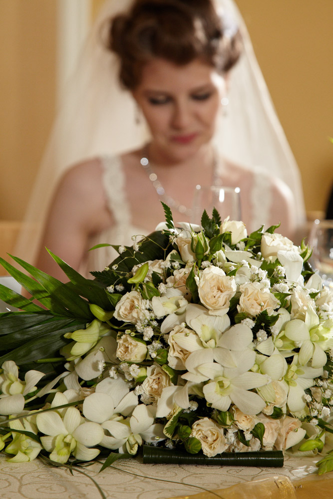 buchet de flori de pe masa mirilor
