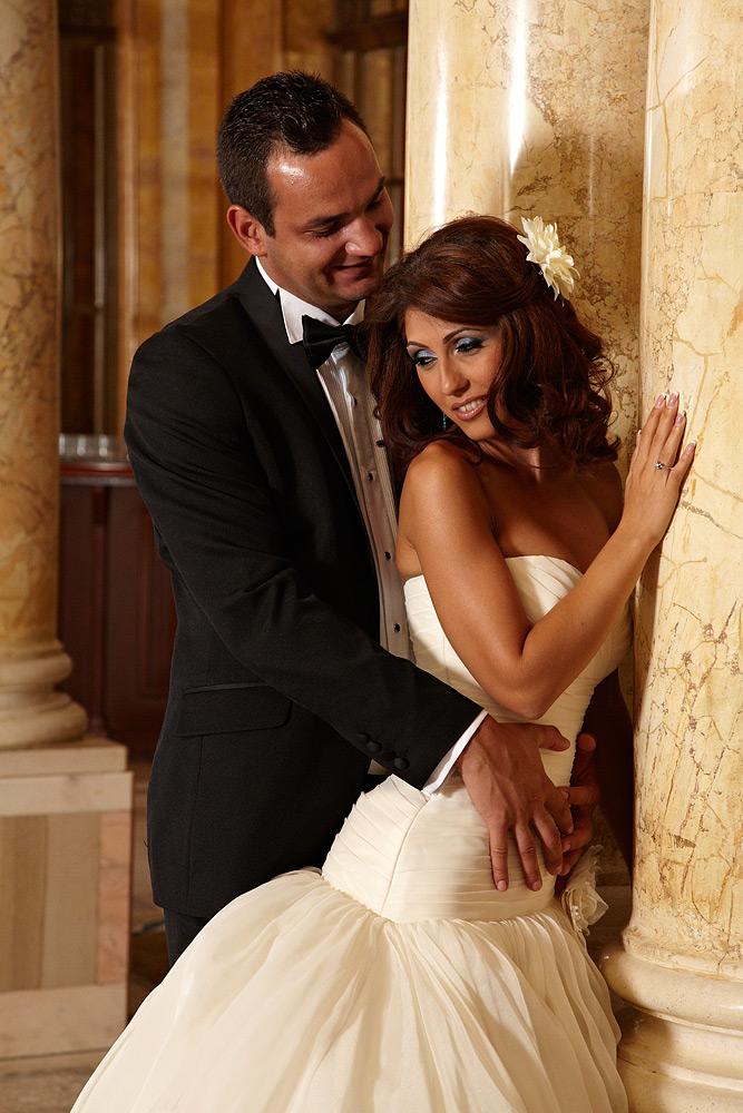 fotograf de nunta in hotel cu scena imbratisarii
