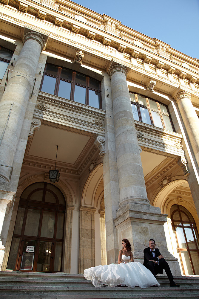 fotograful de nunta foloseste treptele Muzeului de Istorie pentru miri