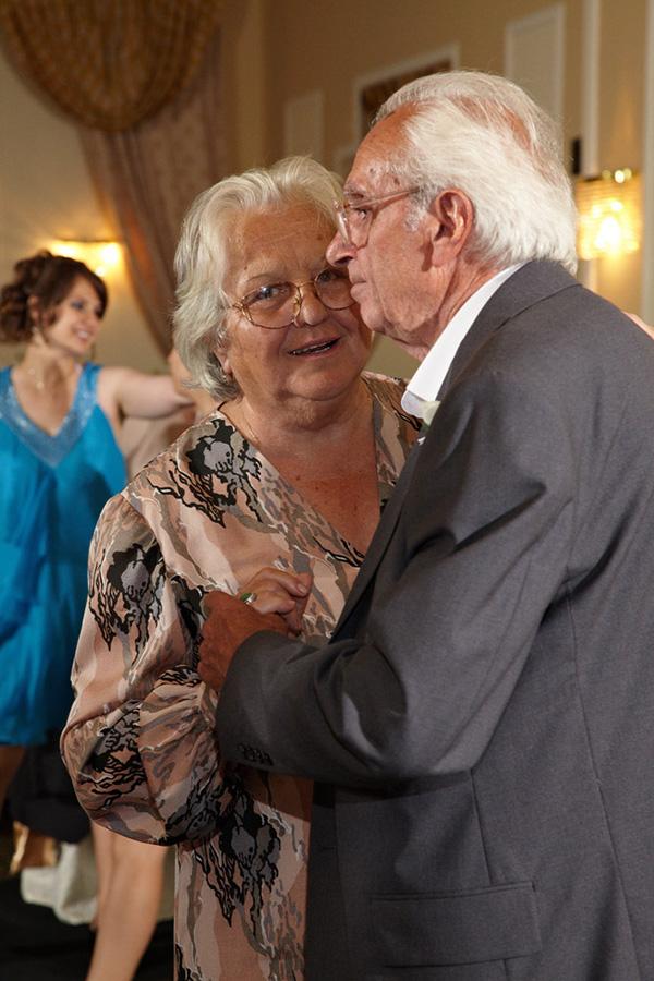 la nunta bunicii danseaza linistit