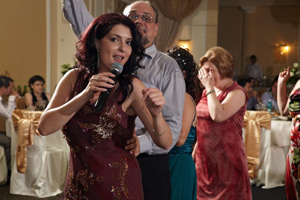 cantereata de muzica usoara in mijlocul nuntasilor