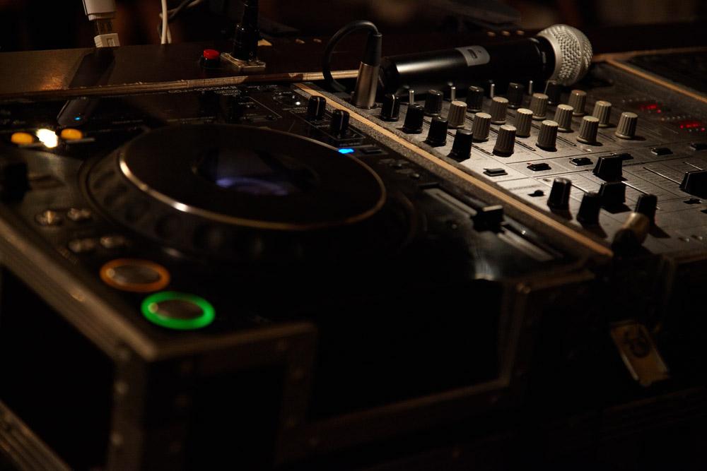 masa de mixaj a DJ-ului la nunta