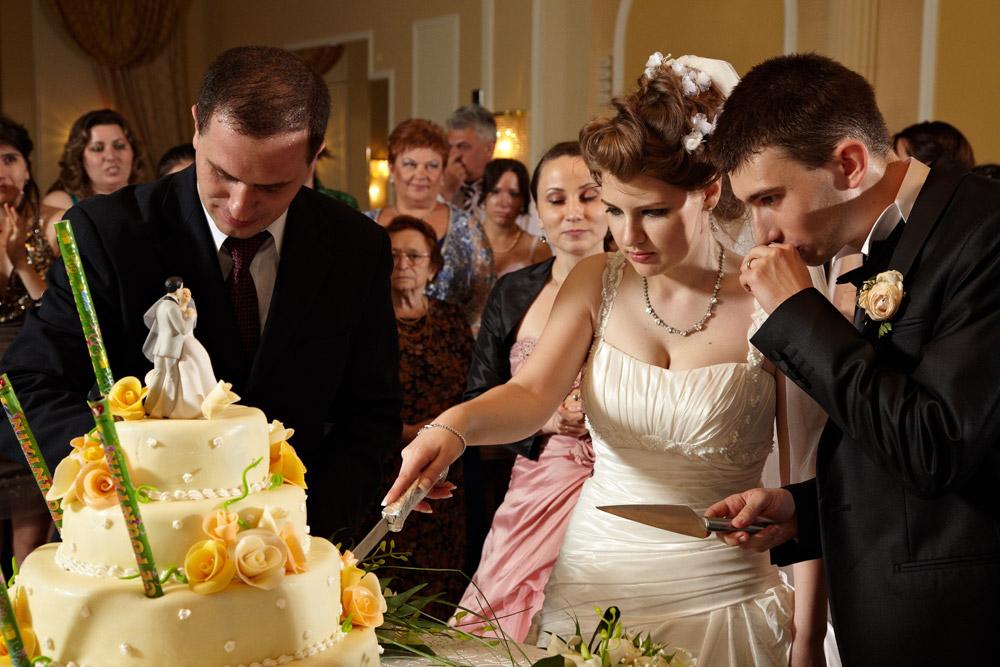 mireasa vrea o felie de tort