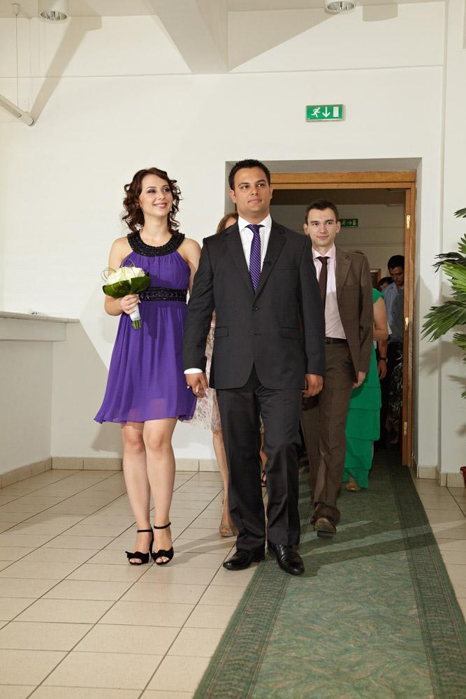 cei doi viitori soti intra in cladirea unde se oficiaza casatoria civila
