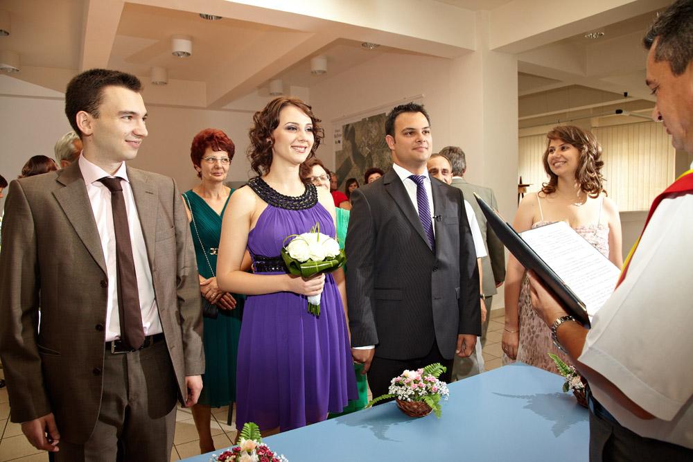 viitori soti in fata ofiterului starii civile - fotografii nunta