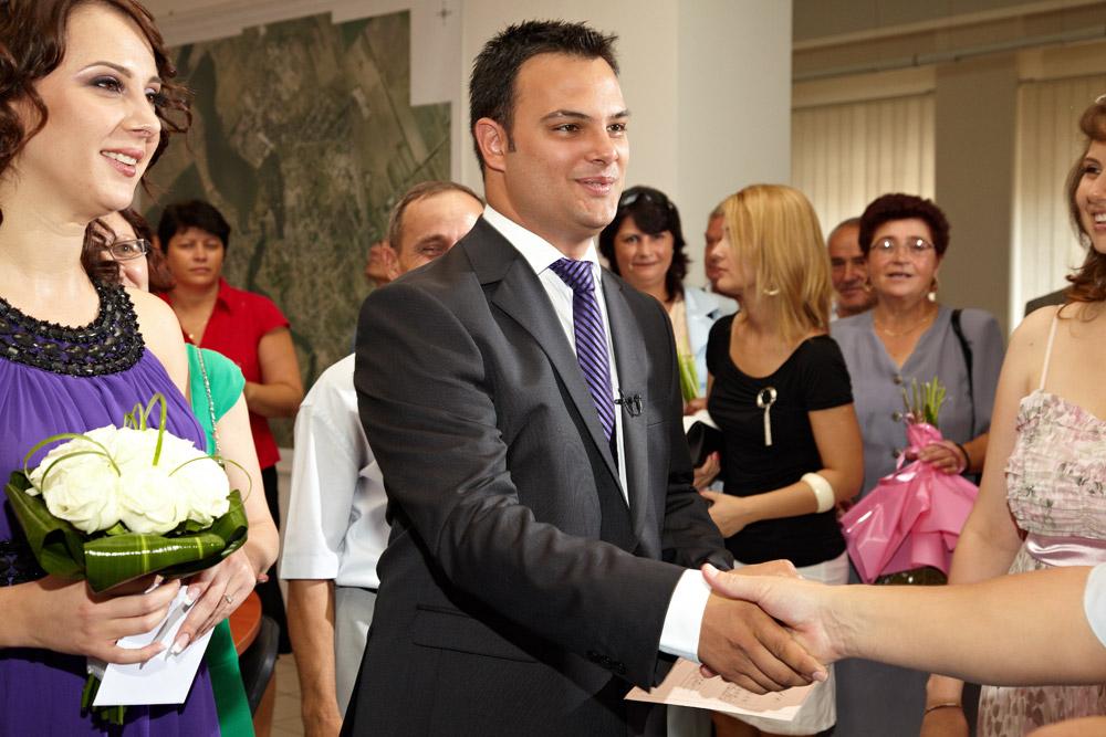 sotul este felicitat de ofiterul starii civile