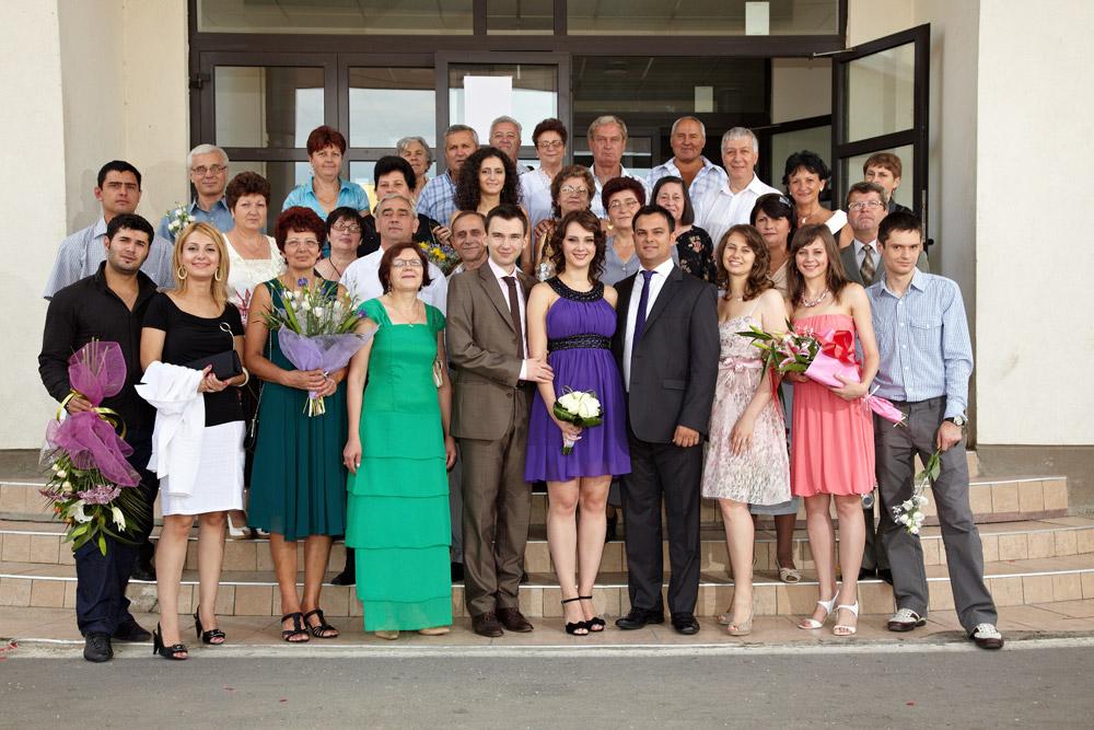 poza de grup pe treptele primariei dupa oficierea ceremoniei de casatorie