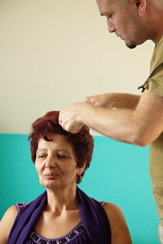 cealalata mama beneficiaza de tratamentul parului facut de Viorel