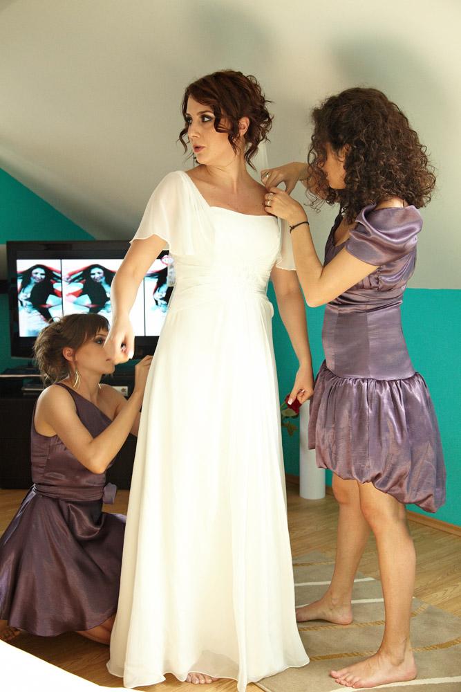 mireasa ajutata de sora si prietena sa se imbrace