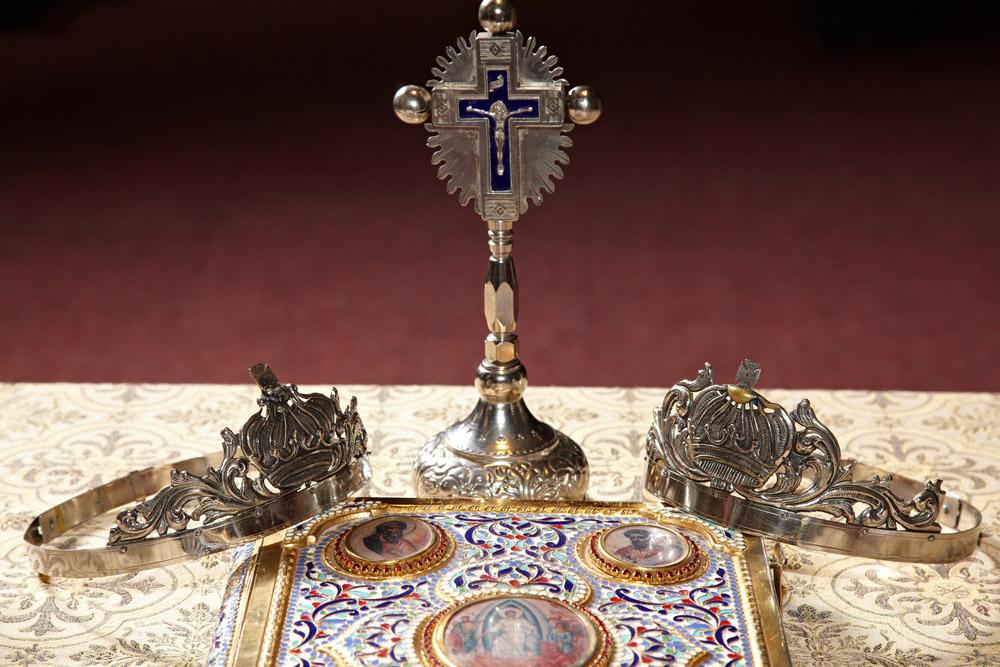 coroanele biblia si crucifixul in biserica