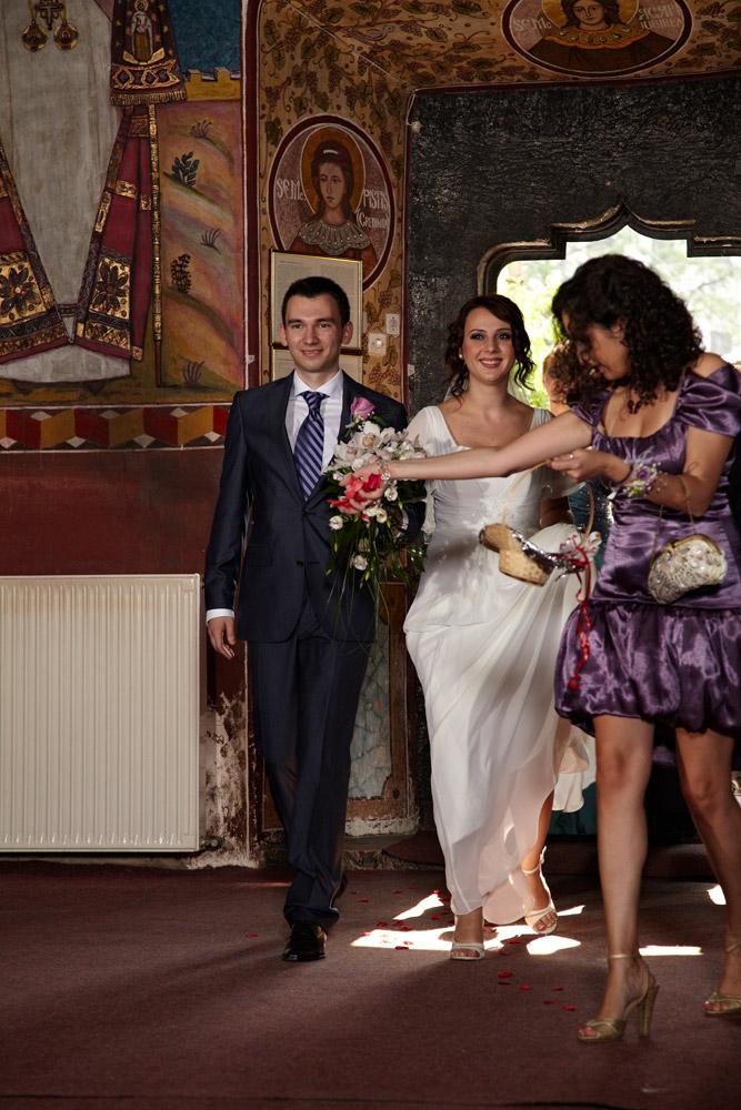 mireasa intra in biserica - fotograf nunta