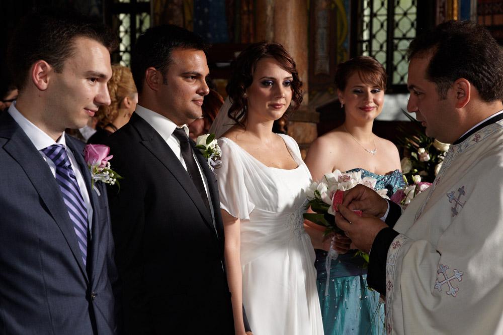 preotul primeste nunta in biserica