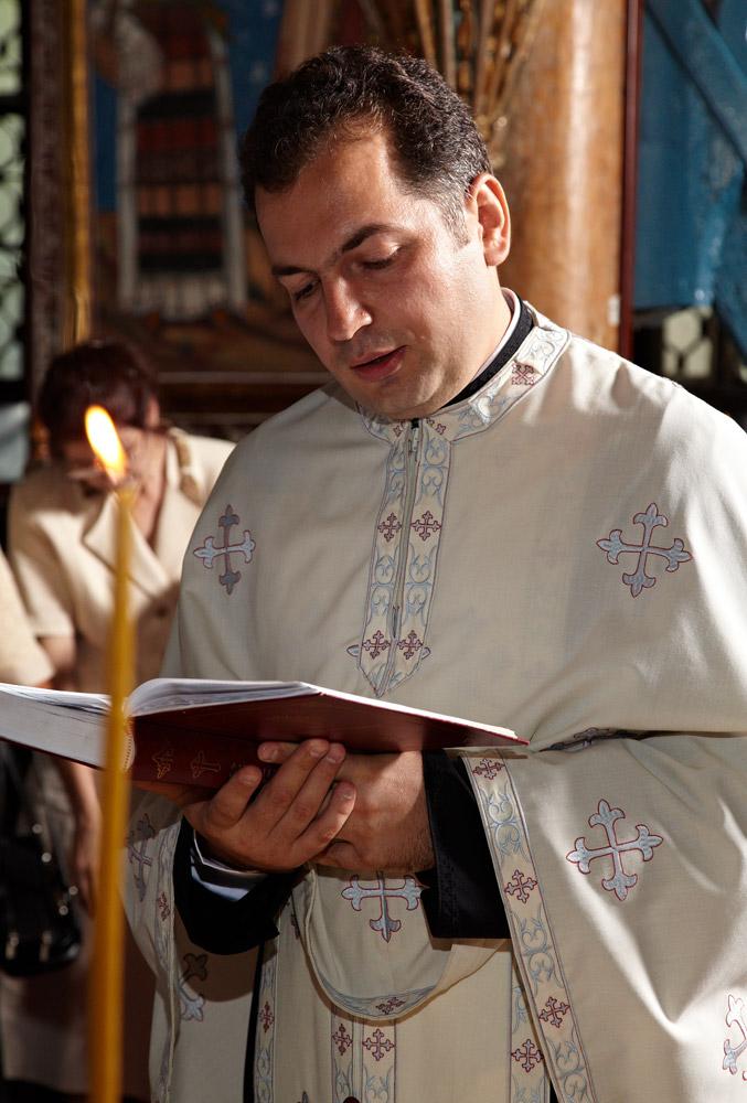preotul citeste din carte