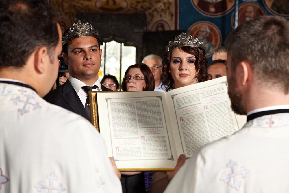 preotii citesc din biblie