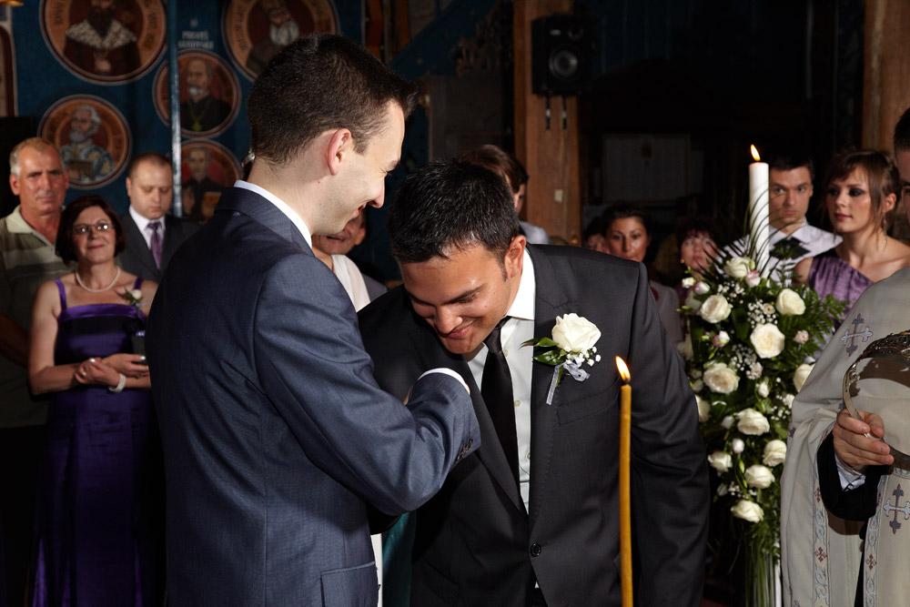 mirele pupa mana nasului la cererea preotului