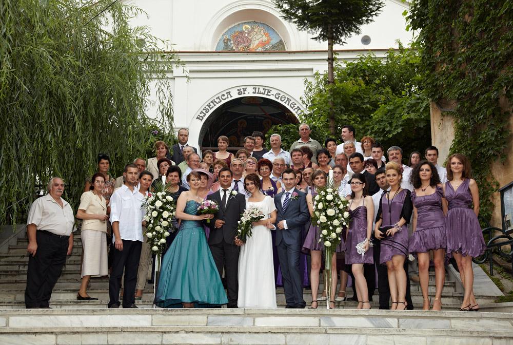 fotografie de grup pe treptele bisericii