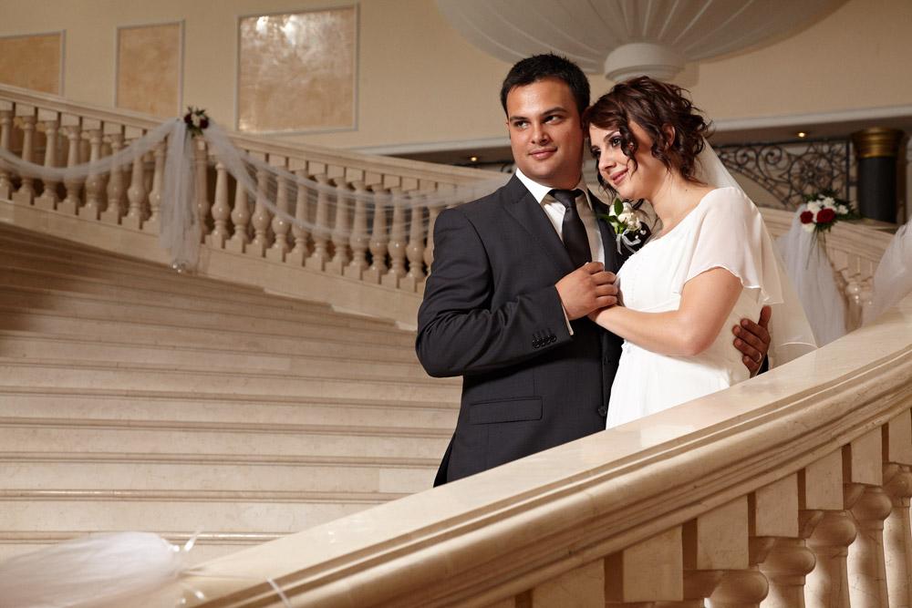fotografii nunta pe treptele din hotelul Marriott