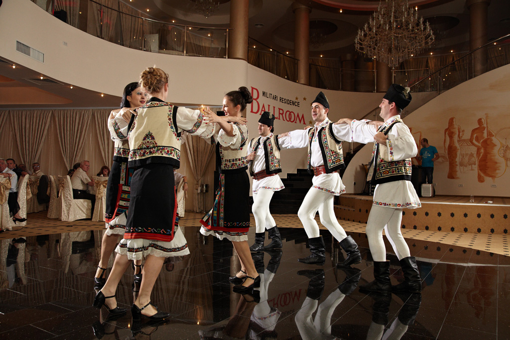 dansatori de muzica populara