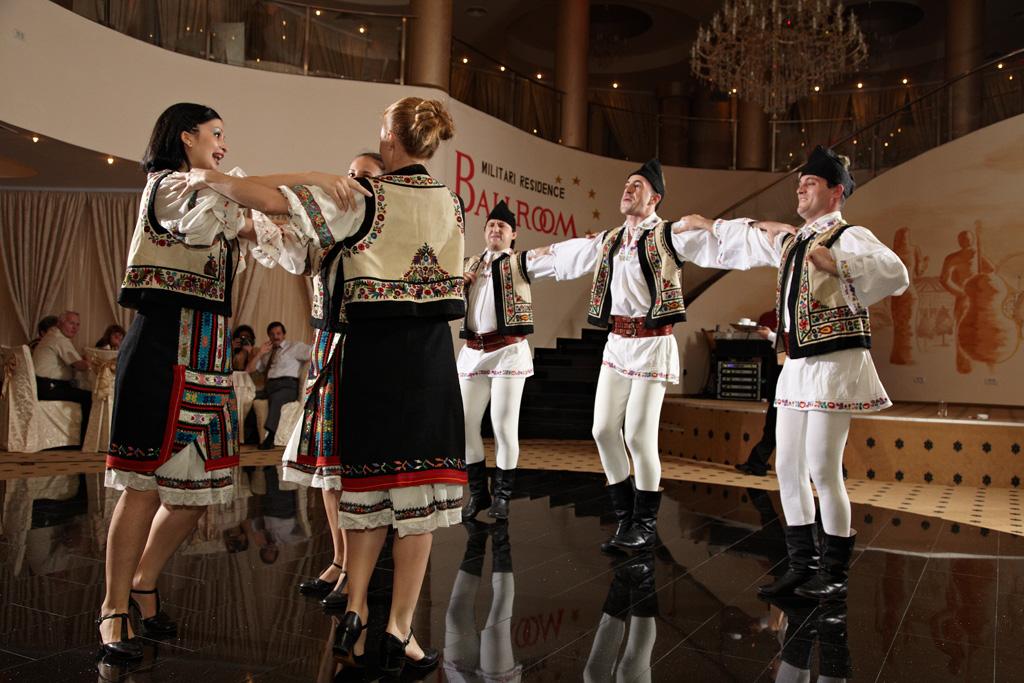 dansatori in costume populare romanesti