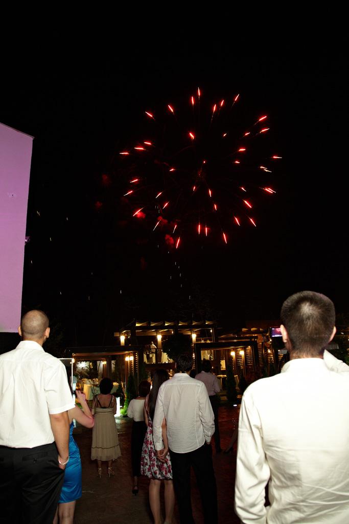 artificii rosii la petrecerea de nunta